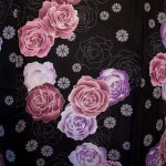Yukata rose et violet sur fond noir motif fleur rose kitsuke