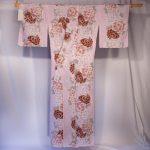 Yukata rose et mauve sur fond beige motif fleur de pivoine kitsuke