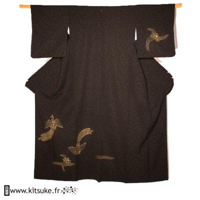 Kimono noir avec oiseaux et fleurs brodés or HOUMONGI kitsuke.fr