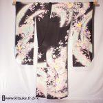 Kimono furisode femme Noir avec fleurs jaune, violet et gris kitsuke.fr