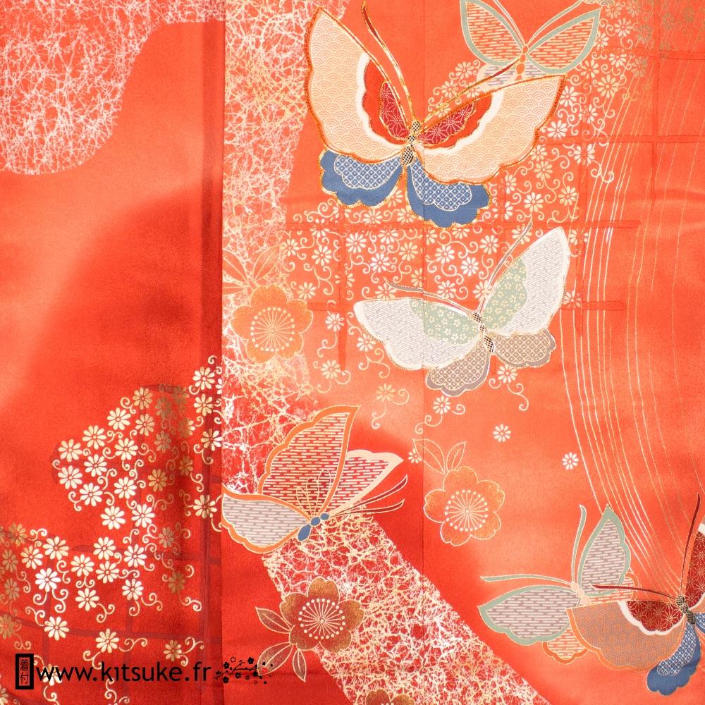 Kimono furisode femme rose saumon et rouge clair avec fleurs et papillons kitsuke.fr
